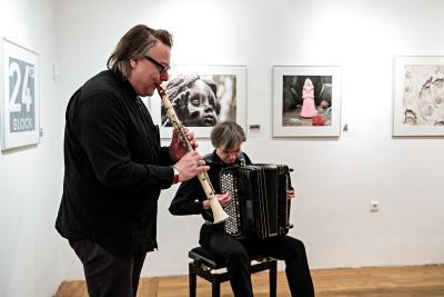 Das deutsch-polnische Duo kzrme griff die Atmosphäre der Bilder und der Lesung auf und sorgte für Gänsehautmomente / Foto: Stefan Dolge