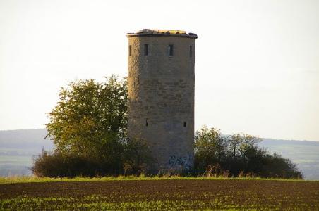 """Die Diemardener Warte als Wahrzeichen des Ortes, ist der letzte erhaltene Turm von ehemals elf im mittelalterlichen Frühwarnsystem der Stadt Göttingen. Alle Wanderrouten treffen auf den Turm. Noch in den 70 Jahren wurde er zeitweise von einem Studenten bewohnt. Wer mitmacht bei """"Wandern mit andern"""" hat die einmalige Gelegenheit, den Warteturm zu erkunden"""