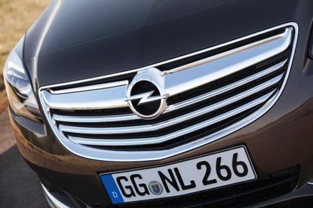 Der neue Opel Insignia unterstreicht seinen Premiumanspruch mit einer unverwechselbaren, tiefen und selbstbewussten Frontgrafik, die ihm optisch einen noch breiteren Stand verleiht