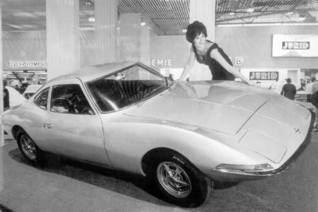 Aufregende Kurven. Der Experimental GT wurde auf der IAA 1965 leicht schrägstehend präsentiert um die dynamische Linie des Zweisitzers zu betonen. Foto: Adam Opel AG