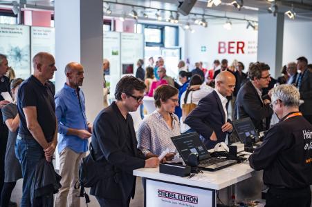 """Großer Andrang: Mehr als 200 Architekten und Planer waren auf dem BER beim zehnten """"Stiebel-Eltron-Dialog zur Evolution der Architektur"""" dabei"""