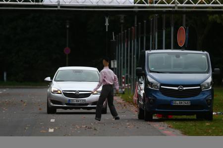 Forschungsprojekt UR:BAN  - Vorsicht, Fußgänger: Die Sensorik des Opel Insignia erfasst das Hindernis schneller als die menschlichen Sinne und leitet automatisch das rettende Ausweichmanöver ein © GM Company