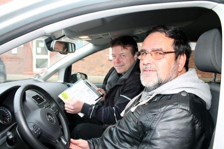 Sprit-Spar-Trainer Michael Schallhorn (links) rechnet Fahrer Bernd Krämmer nach dem Coaching seine Ersparnis vor