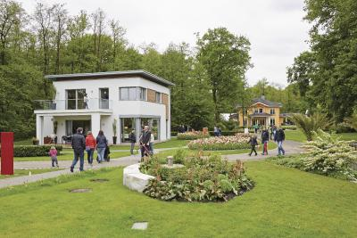 Bei einem Spaziergang durch den Erlenpark lassen sich zehn Ausstellungshäuser besichtigen