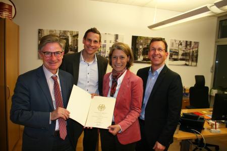 Der Bundestagsabgeordnete Matern von Marschall (links) überreichte den Förderbescheid an Projektleiterin Simone Stahl und an die VAG Vorstände Oliver Benz und Stephan Bartosch (rechts)