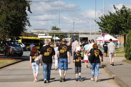 """Opel verbindet: """"Leider geil"""" – eine ganze Familie im Opel-Dress"""