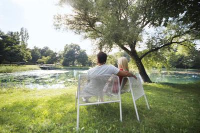 Die gepflegten Park- und Grünanlagen in Bad Gögging laden im Frühling ein die sprießende Natur und die ersten Sonnenstrahlen zu genießen.