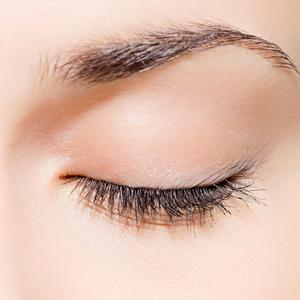 Wenn die Sommerhitze zu drückend wird, neigt vor allem die zarte Augenpartie zu Irritationen, Foto: djd/preval Dermatica