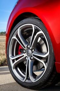 Scharfer Sportler: Der Opel ADAM S stellt 18-Zoll-Räder mit Reifen der Dimension 225/35 R 18 und großen OPC-'S'-Bremsen zur Schau