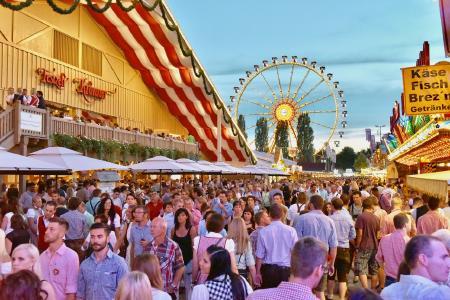 Bis zu 1,4 Millionen Besucher erwarten die Veranstalter auch 2017 zum Straubinger Gäubodenvolksfest, Bayerns zweitgrößtem Volksfest — in diesem Jahr vom 11. bis 21. August. Foto: obx-news/Fotowerbung Bernhard