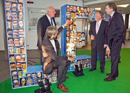 """Prof. Helge Löbler (Uni Leipzig), Manfred Wiethüchter (Vorsitzender des Vereins """"Leverkusen - ein starkes Stück Rheinland e.V.""""), Leverkusens Oberbürgermeister Reinhard Buchhorn und Michael Schade bei der Ausstellungseröffnung"""