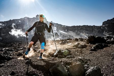 Entlastet das Knie beim Abstieg: die sportliche Bandage Genumedi E+motion / Bildnachweis: visualimpact.ch | Thomas Senf