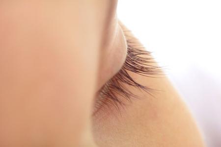 Der Lidbalsam ist Pflege und Schutz zugleich und sorgt dafür, dass die zarte Haut der Augenlider ihre natürliche Feuchtigkeit nicht verliert, Foto: djd/preval Dermatica