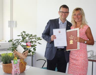 Prof. Dr. Ralf Haderlein (Leiter der ZFH) überreicht Dr. Margot Klinkner die Urkunde des Landes RLP, Foto: ZFH