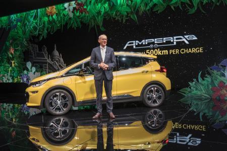 Weltpremiere: Opel CEO Dr. Karl-Thomas Neumann enthüllt den Ampera-e mit einer elektrischen Reichweite von über 500 Kilometer auf dem Pariser Autosalon