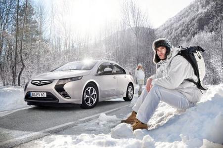 """Die Modelle von Opel bieten vom adaptiven Allradantrieb über das Sicherheitslichtsystem AFL+ bis zur Lenkrad-/Standheizung moderne Technologien und Assistenzsysteme, die das Fahren bei schlechter Sicht, Dunkelheit, Schnee und Eis sicherer und komfortabler machen. So sind alle Fahrzeuge des Rüsselsheimer Herstellers bestens für die kommenden Monate gerüstet, darunter natürlich auch das """"Auto des Jahres 2012"""", der elektrische Opel Ampera (Bild)"""