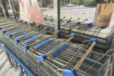 Einkaufswagen mit antimikrobiellen Messinggriffen