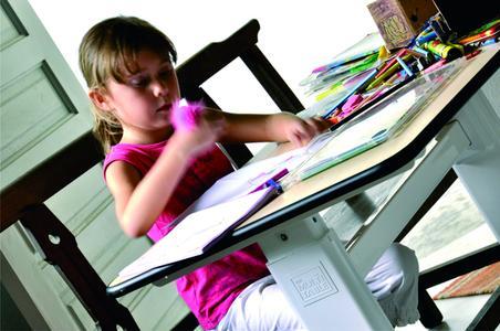 Der Multitable wächst im wahrsten Sinne des Wortes mit – so wird der Kinderbasteltisch später zum Jugendschreibtisch