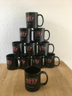 Der Radiosender begrüßte die Spendenaktion des Praxis-Zentrums sehr und verschenkte an alle Mitarbeiter eine Kaffeetasse