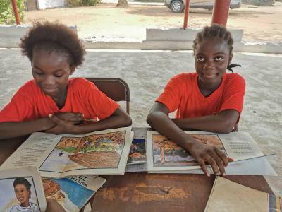 Zwei Mädchen in Liberia beim Lernen