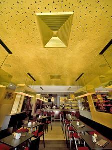 Im Restaurant des Hotels Mercure Trier Porta Nigra wurden Wände und Decke mit CapaGold beschichtet. Auch die Akustikdecke wirkt wie vergoldet. Hier kommt die Goldwirkung auch sehr schön zur Geltung