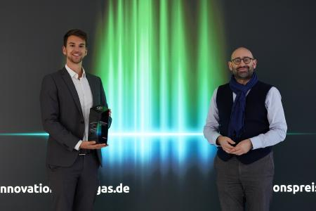 Bei der Preisverleihung in Berlin wurden die beiden verantwortlichen Projektleiter Tobias Prechtl (links) vom Servicebereich Technik der Flughafen München GmbH sowie Dr.-Ing. Markus Ostermeier (rechts) von der CM Fluids AG geehrt, die gemeinsam das Vorhaben entwickelt und erfolgreich am Flughafen München umgesetzt haben