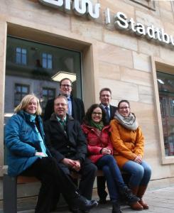 """OB Janik (Mitte hinten) sowie Michael Bausch vom """"Verein Bürger für die Goethestraße"""" bei der Einweihung der Bänke (Foto: HJKrieg, Erlangen)"""