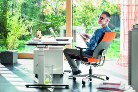 25 Prozent Stehen, 25 Prozent Bewegen und 50 Prozent Sitzen lautet die Faustformel. Und die Zeit im Sitzen sollte auf einem rückenfreundlichen Bürostuhl verbracht werden. / Bild: Sedus/ AGR