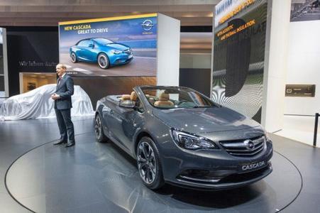 Auf der Opel-Pressekonferenz in Genf enthüllt Opel-Chef Karl-Thomas Neumann das neue Cabrio Cascada