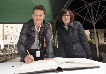 Ehrengast: Schauspieler Roman Knižka trägt sich in Anwesenheit der Bürgermeisterin Margareta Böckh beim Kontrollpunkt in Memmingen in das Goldene Buch der Stadt ein