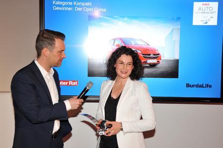 Auto der Vernunft 2015: Opel-Marketingchefin Tina Müller nimmt den Preis von Robert Schneider, Chefredakteur von Guter Rat und SUPERillu, entgegen. Foto: Adam Opel AG