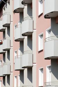 Frisch saniert und schön wie einst: Das Denkmalschutzamt Frankfurt legte Wert darauf, dass das Fassadenbild der Wohnhäuser nach der energetischen Sanierung dem Originalzustand aus den 1950er Jahren möglichst ähnlich sein sollte (Foto : Caparol Farben Lacke Bautenschutz/Claus Graubner)