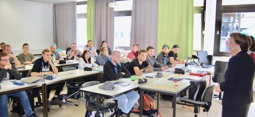 Bayerns Integrationsministerin nahm bei einem Rundgang über den Campus der Eckert Schulen in Regenstauf bei Regensburg im Englischunterricht einer Techniker-Klasse Platz. Bei Weiterbildungen zum staatlich geprüften Techniker sind die Eckert Schulen in Deutschland Marktführer. Foto: Eckert Schulen