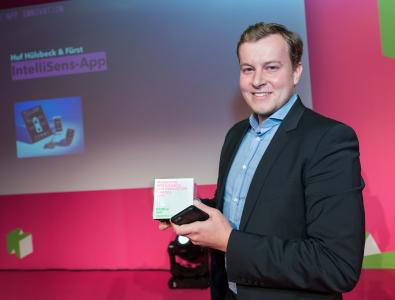 'The judges for the MIIA honoured the fact that the IntelliSens app by Huf makes life much easier for workshops, tyre dealers and distributors that offer a TMPS service', enthuses Slawomir Potrykus (Huf), who picked up the award on 11 October in Berlin on behalf of Huf