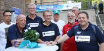 """(V. l. n. r.) Dariusz und Georg (Sportcafé), Frank Meier (Projektleiter """"Sucht-Selbsthilfe geht neue Wege""""), Jürgen Naundorff  (Hauptbereichsleiter Ideelles), Manfred Langheit und Klaus (Sportcafé), Jens Krug (BARMER Krankenkasse) und Matthias Vollgrebe (Geschäftsführer Blaues Kreuz in Deutschland) (Foto: Herrmann-Kümper)"""