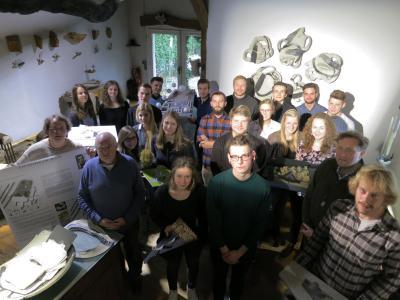 21 Studierende der Landschaftsarchitektur präsentieren ihre Entwürfe für einen öffentlichen Garten für Remarque unter der Leitung von Prof. Dr. Jürgen Milchert (2. v.l.) in der Galeriescheune von Volker-Johannes Trieb (2. v.r.)