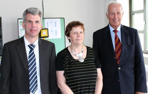 Prof. Ute Büchner bedankte sich bei Andreas Feige (links) von der Firma TESTING Bluhm & Feuerherdt GmbH, einem Produzenten für Baustoffprüfgeräte, und bei Helmut Echterhoff, Beiratsvorsitzender im Bauunternehmen Echterhoff, für die Unterstützung beim Aufbau des Baustofflabors an der Hochschule Osnabrück