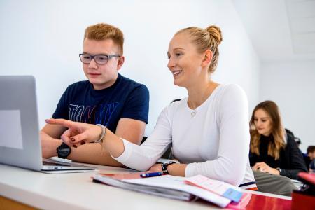 Die Hochschule Osnabrück hat in einem wettbewerblichen Verfahren des Ministeriums für Wissenschaft und Kultur (MWK) sechs Projekte mit einer Fördersumme von insgesamt knapp 250.000 Euro für das Studienjahr 2019/20 gewonnen. Dabei werden unter anderem verschiedene Formate des e-Learnings ausprobiert