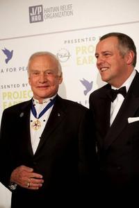 """Alain Visser, Mitglied des Vorstandes der Adam Opel AG und Dr. Edwin """"Buzz"""" Aldrin, Astronaut der legendären ersten Mondlande- Mission Apollo 11und Leiter des Opel Project Earth, bei der Eröffnung der Gala Cinema for Peace in Berlin"""
