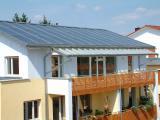Auch Wohnungseigentümergemeinschaften in Mehrfamilienhäusern können die Solarenergie für eine CO2-Reduzierung bei Heizung, Warmwasser und Stromerzeugung gemeinsam nutzen.