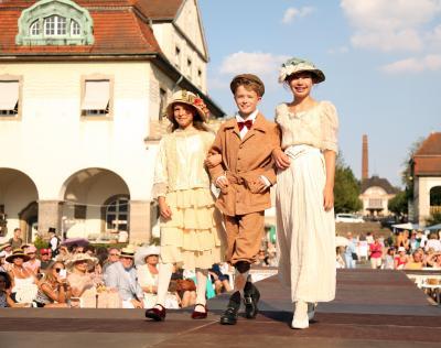 Modenschau: Sie präsentiert, was Jugendliche und Erwachsene vor rund hundert Jahren trugen / Foto: BNST