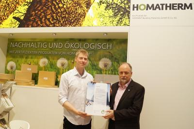 Henrik Ratzow von Homatherm nimmt stellvertretend die Mitgliedsurkunde für den Verband Holzfaser Dämmstoffe entgegen
