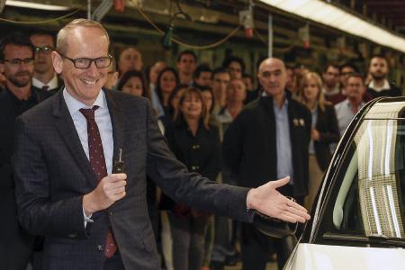 Stolzer Chef: Opel CEO Dr. Karl-Thomas Neumann war mit Mitgliedern der Geschäftsführung nach Spanien gereist, um den ersten produzierten Crossland X im Werk Saragossa vom Band zu fahren