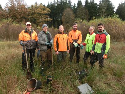 Forstwirtschaftsmeister Hartmut Warnecke (li)  mit fünf Forststudierenden im Teichwiesenmoor / Foto © Landesforsten