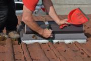 Bietet sich an: Beim DachCheck als Mehrleistung auch gleich Wasserabführungen rund um Dachfenster sowie die Regenrinnen säubern lassen