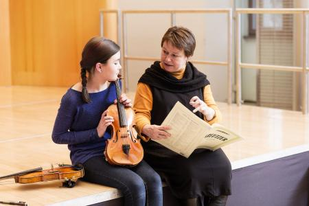 Prof. Anne-Kathrin Lindig in der Frühförderung an der Weimarer Musikhochschule, Foto: Maik Schuck