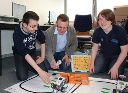 """Mit Fleiß und Freude dabei: Karim El Robrini (links) und Kilian Bruns (rechts) programmieren in ihrem Praktikum Lego-Roboter. Prof. Frank M. Thiesing und seine Kollegen vom Laborbereich """"Allgemeine Informatik"""" haben dieses Praktikum ermöglicht"""