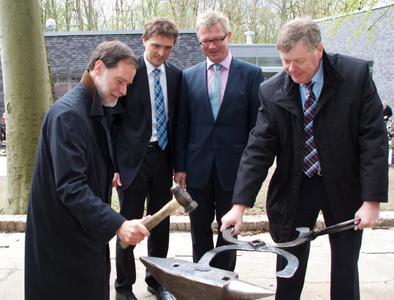 Symbolisches Schmieden zur Eröffnung des Schmied im HOne: Dr. Volker Häusser, Präsident Andreas Bertram, Dekan Bernd Lehmann und Ewald Drebing (Foto: Jörg Hunold)