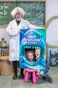 Kinder erkunden das Hai-Maul