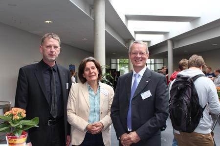 Die Organisatoren Prof. Dr. Ludger Figura (rechts) von der Hochschule Osnabrück und Dr. Helmut Steinkamp (links) vom Deutschen Institut für Lebensmitteltechnik (DIL) freuen sich, zusammen mit Referentin Prof. Dr. Britta Rademacher, über das große Interesse am 5. FOOD FUTURE DAY